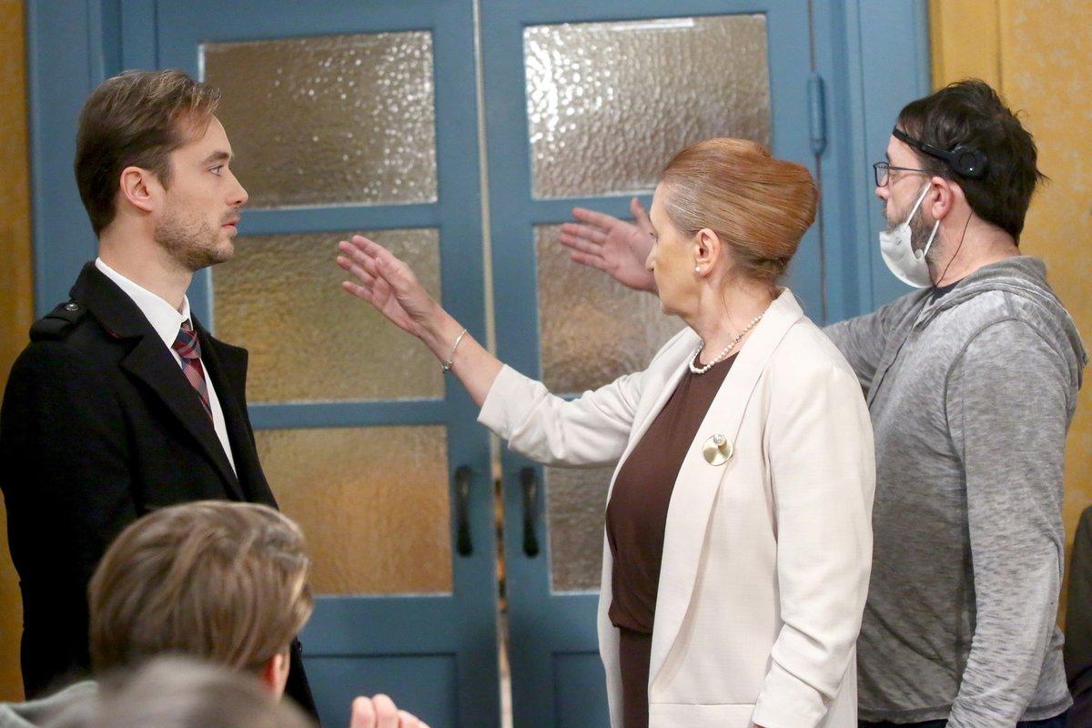 Režisér Libor Kodad ukazuje Evě, jak zvednout ruku.