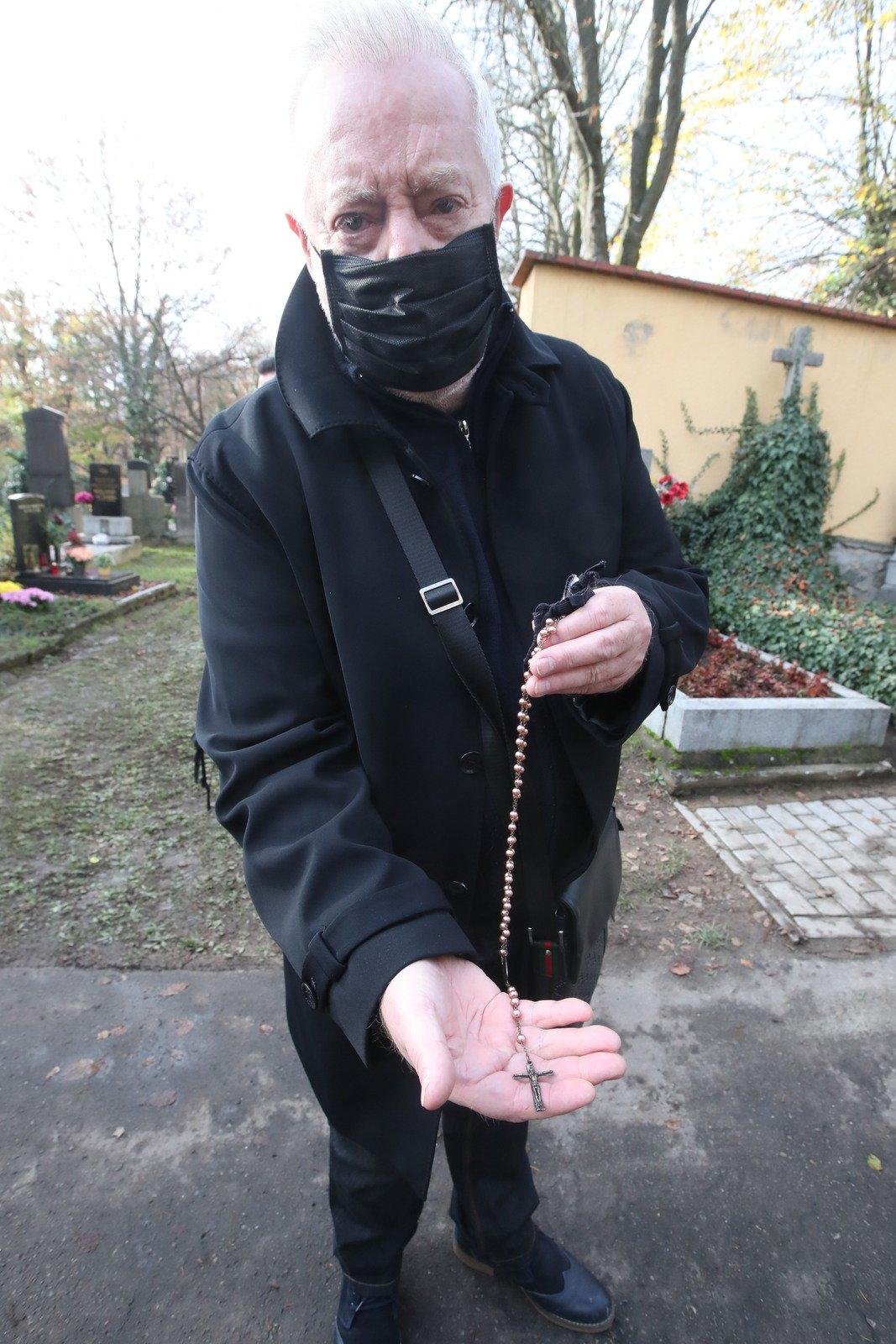 Pohřeb Evy Pilarové: Vdovec Jan Kolomazník s růžencem od Otce Jordána.