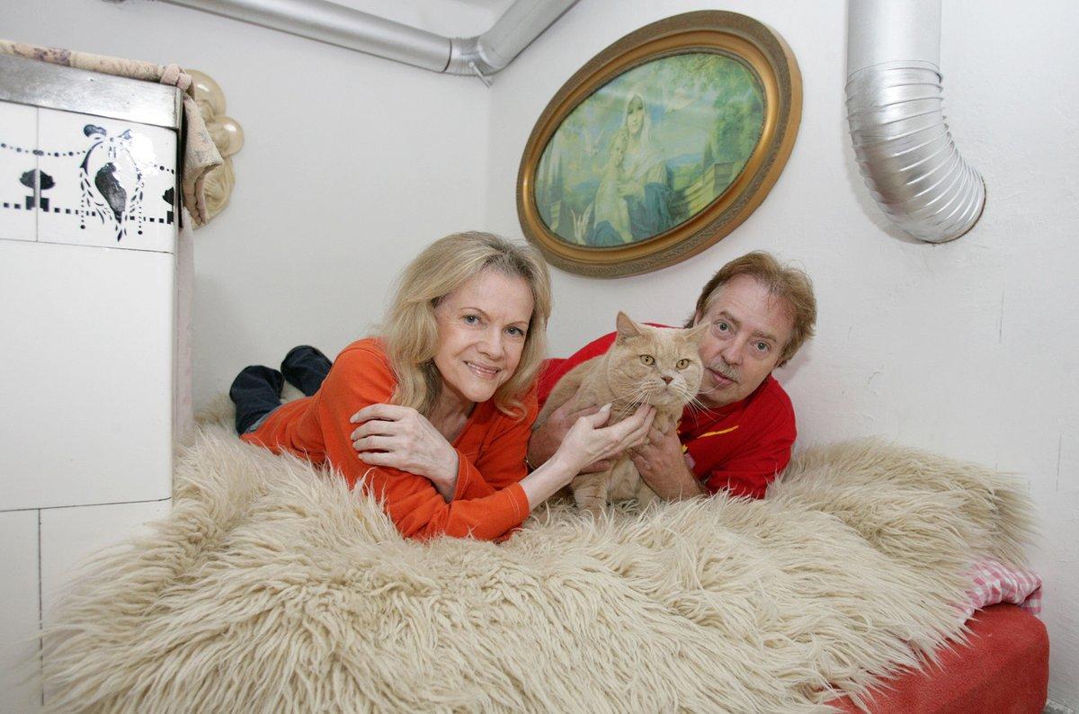 Eva Pilarová s manželem na peci na chalupě