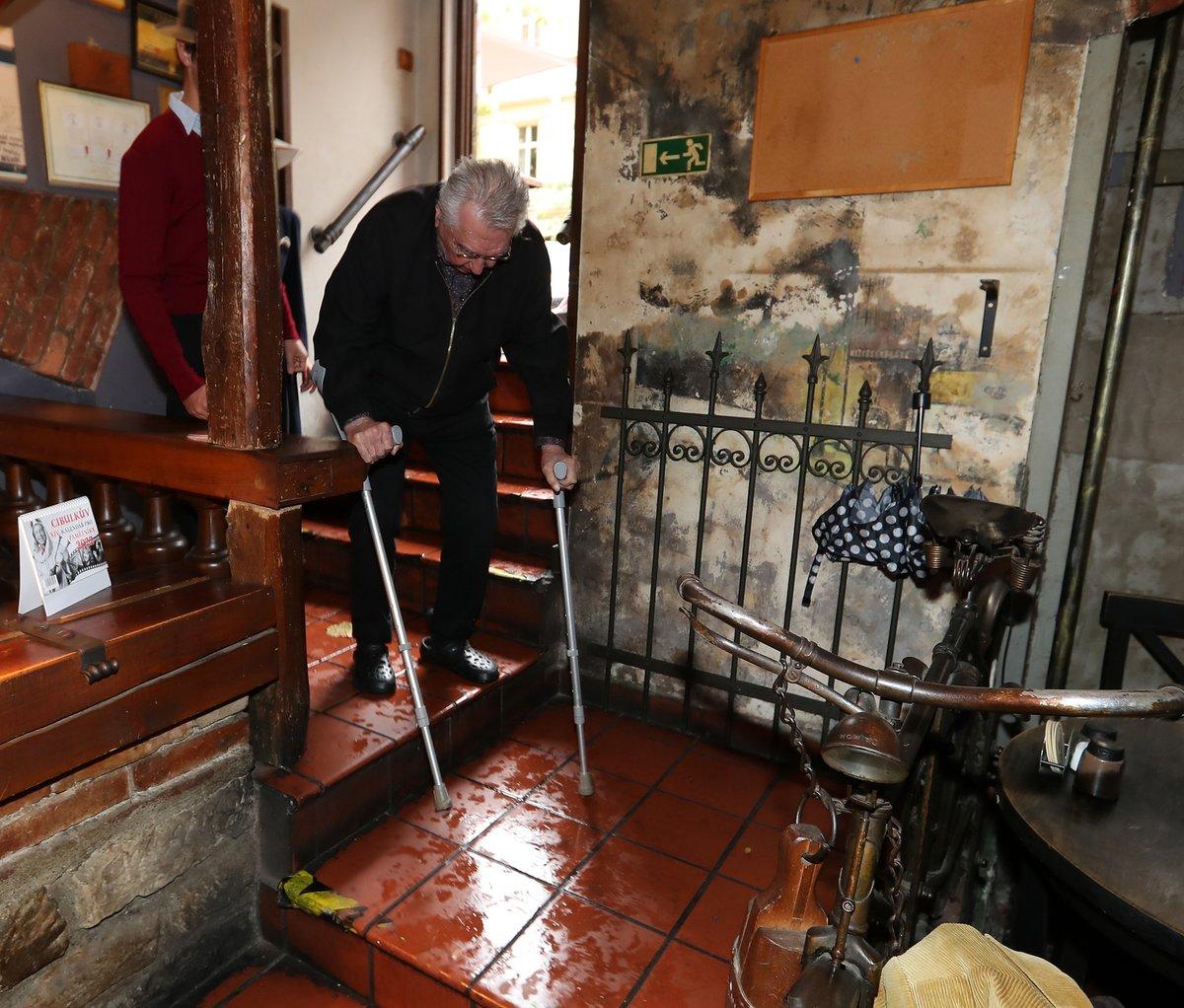 Josef Zíma brilantně zvládl nepříjemné schody do restaurace.