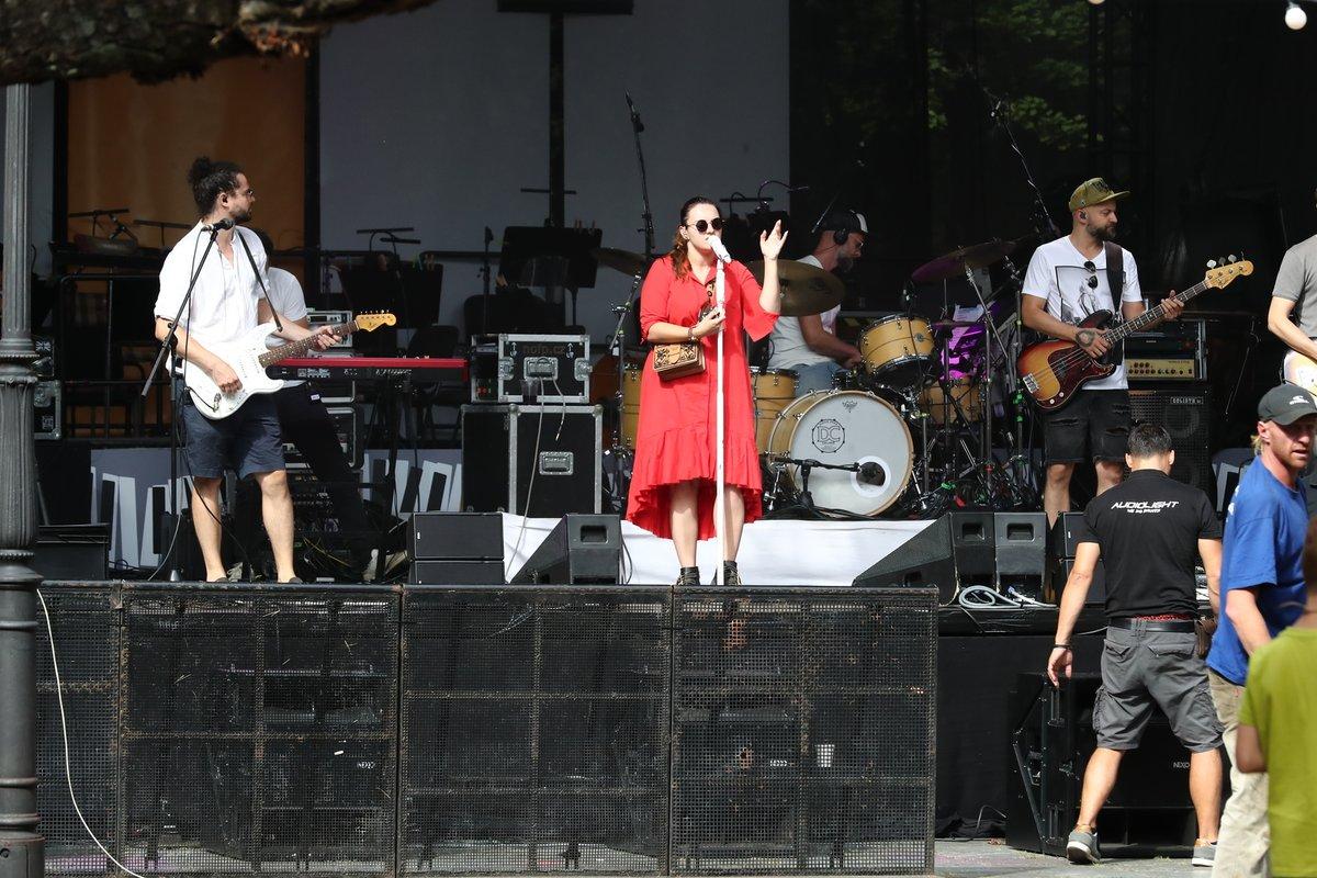 Zpěvačka Ewa Farna ve Varech zazpívala