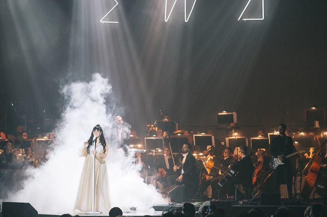 Ewa Farna koncertuje se synkem v zákulisí