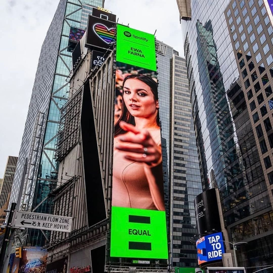 Ewa Farna na billboardu v New Yorku.
