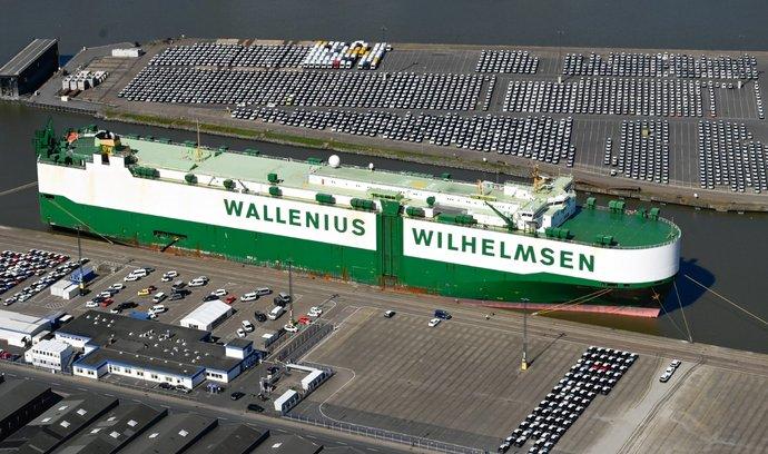 Nové automobily čekající na nakládku v německém přístavu Bremerhaven