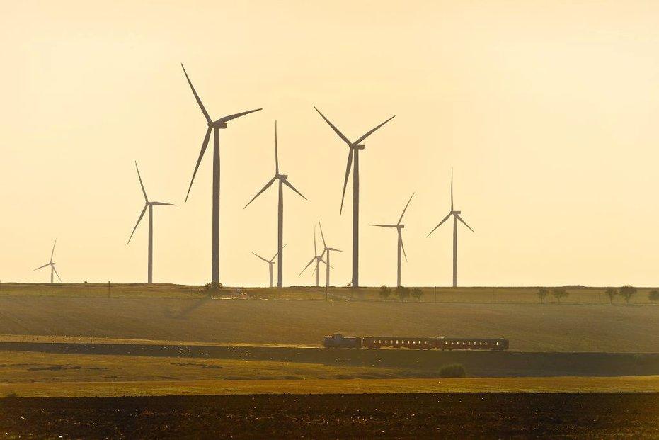 ČEZ očekává, že první větrníky začnou vyrábět elektřinu na konci roku 2022, avšak minimálně tříletý skluz může ohrozit rentabilitu miliardového projektu.