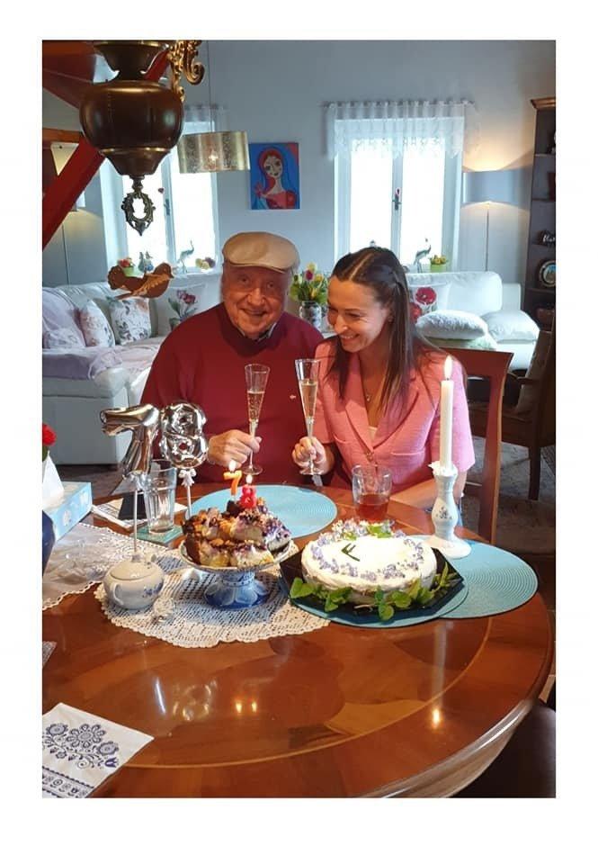Exmilenka Lucie Gelemová upořádala muzikantovi oslavu, na které nechyběly dorty a ani balonky.