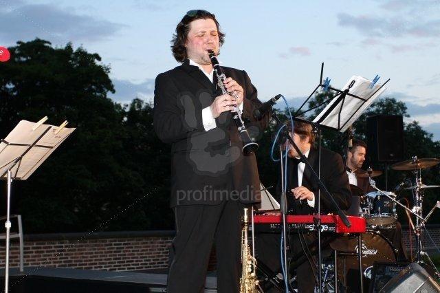 Už dnes patří k vyhledávaným klarinetistům. Hraje ovšem i na saxofon.