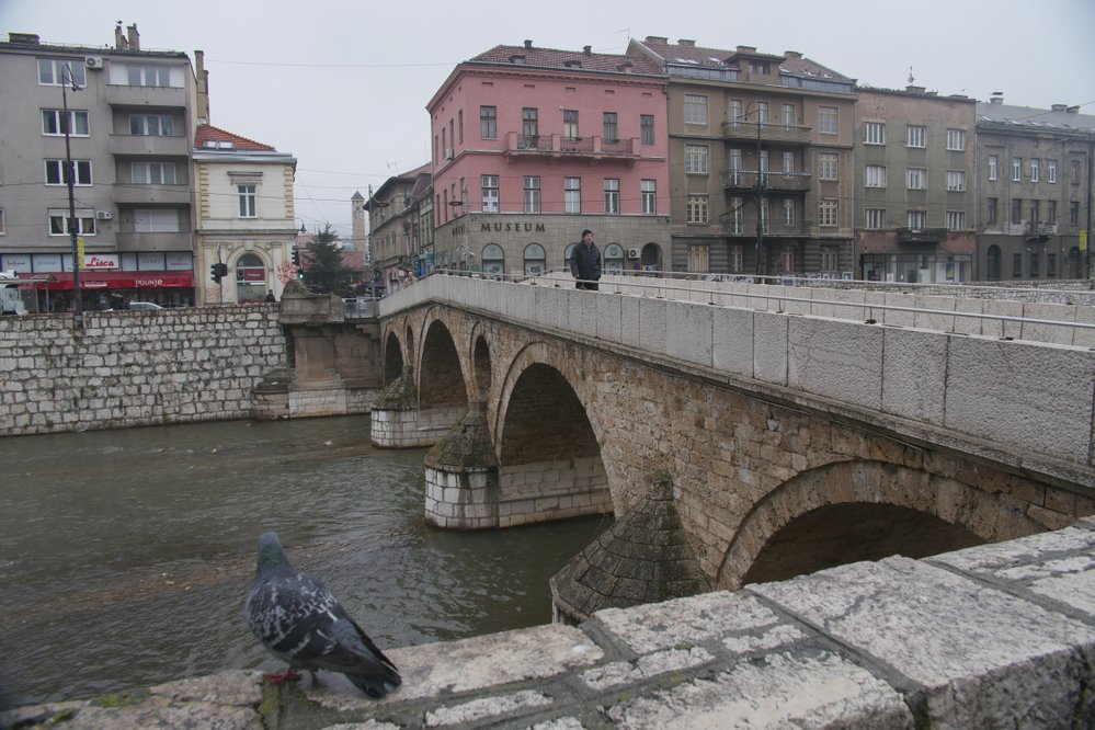 Latinský most a místo atentátu v pozadí