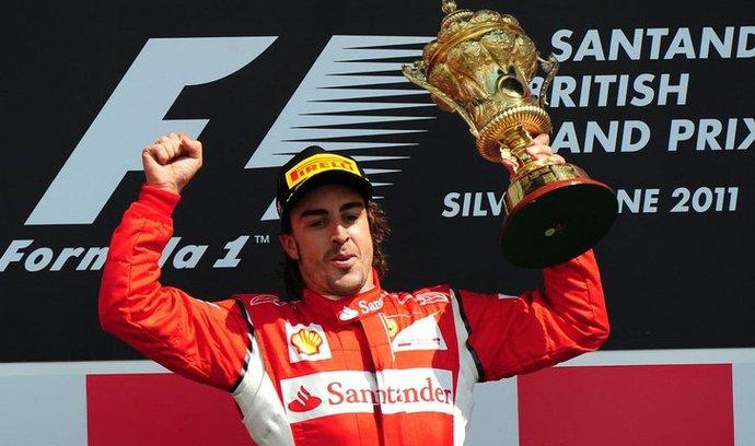 Fernando Alonso slaví vítězství.