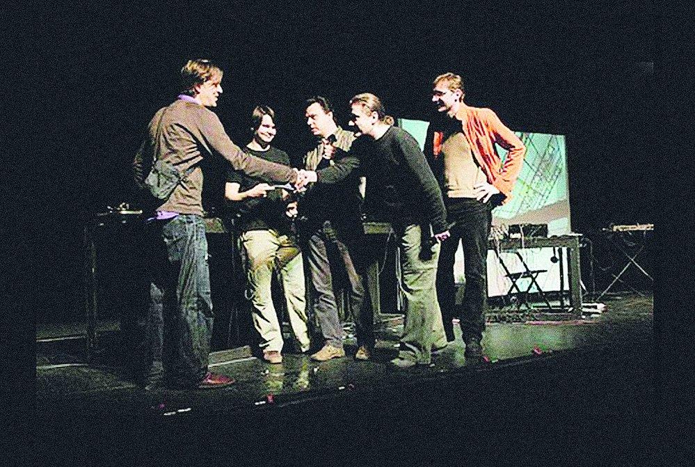 Filip Homola v Divadle Archa přijímá gratulace od rakouského hudebníka Christiana Fenesze, který jim zde pokřtil debutové album Excursin