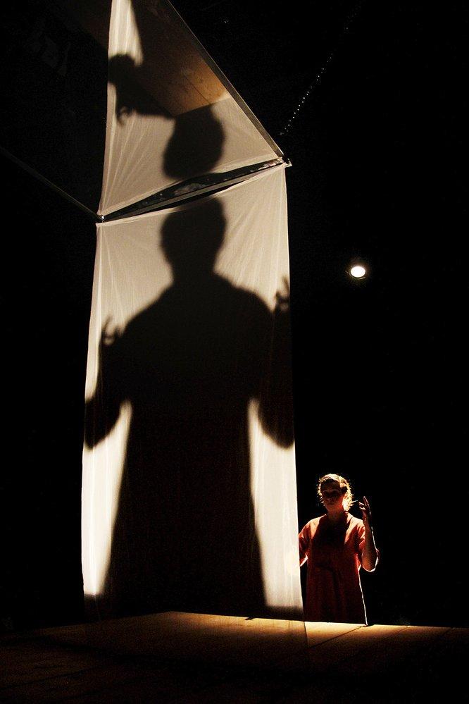 Představení Jsou místa oblíbená tmou, kde nikdy a nic na ostrovech se skrývá odlehlých je inspirováno knihou německé spisovatelky Judith Schalansky Atlas odlehlých ostrovů