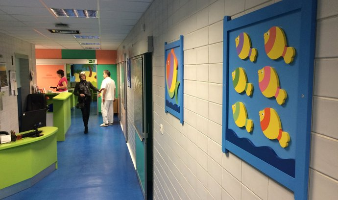 Nadace Archa Chantal přispěla na barevnou výzdobu a hernu v dětském oddělení popáleninového centra