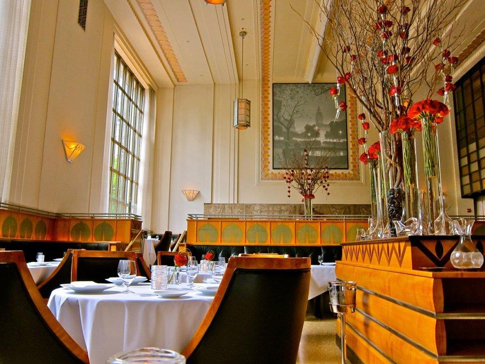 2. Interiér restaurace je ve stylu art-deco.