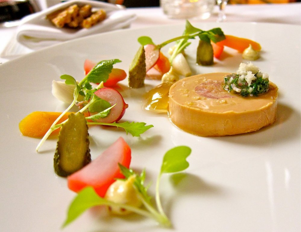 19. Křen s čerstvou zeleninou a paštikou foie gras.
