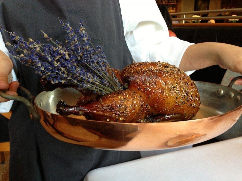 24. Speciální kachna vycpaná levandulí a potřená medem.
