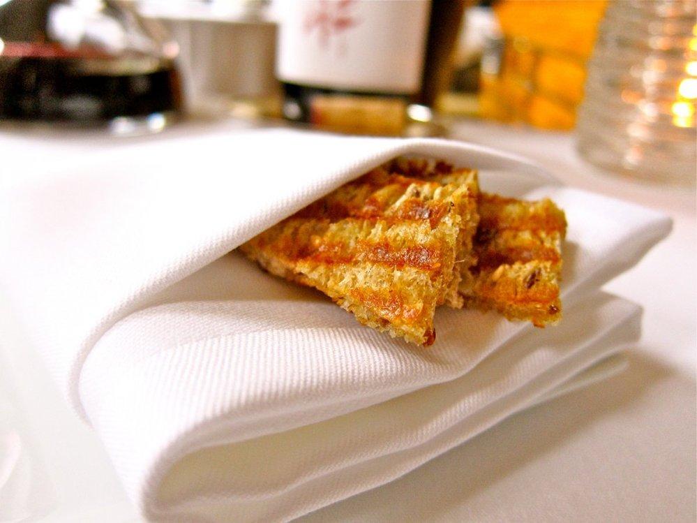 27. K sýrům přikusujete chlebové tyčky, které v sobě mají rozinky a vlašské ořechy.