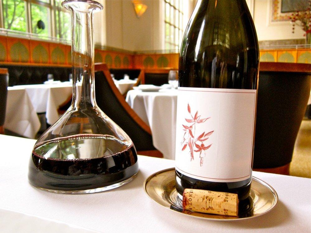 4. V restauraci je široký výběr vína. Tato láhev je Arnot Roberts z roku 2006.