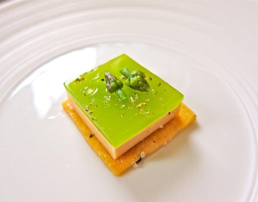 8. Paštika foie gras jako puding. Vrchní vrstva je z chřestu.