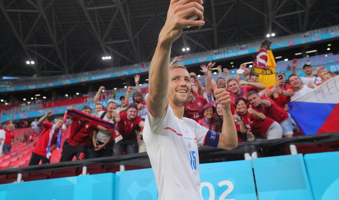 Záložník Tomáš Souček si po postupu do čtvrtfinále užívá nezapomenutelné chvíle s českými fanoušky.