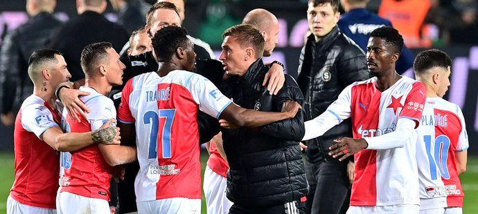 Potyčka mezi kapitánem Slavie Janem Bořilem a náhradním brankářem Sparty Milanem Hečou po konci derby