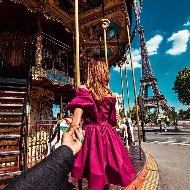 Fotograf následuje přítelkyni po celém světě