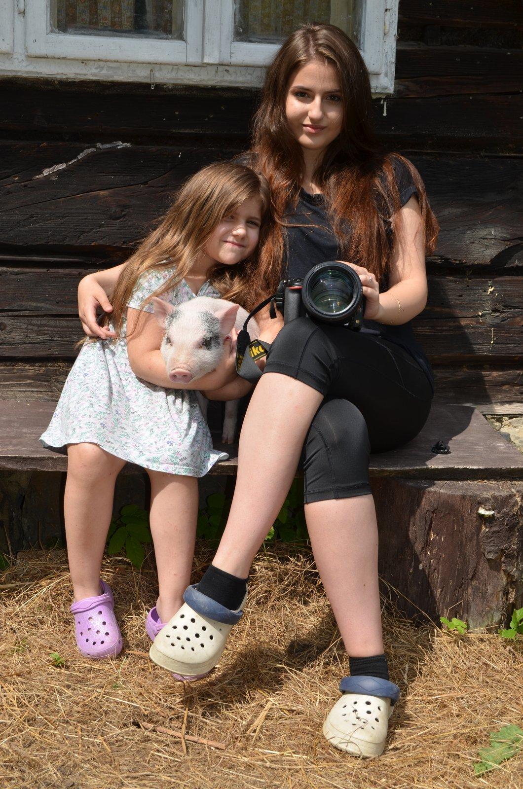 Patricie s malou sestřičkou a jejím čuníkem.