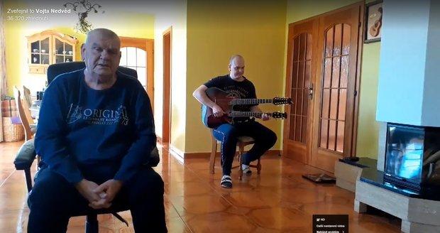 František Nedvěd se synem Vojtou zazpívali z obýváku