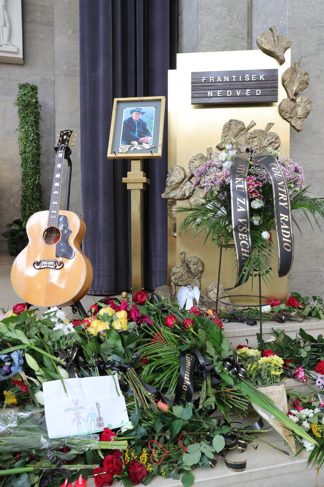 Poslední sbohem mohli po obřadu dát známému zpěvákovi i fanoušci