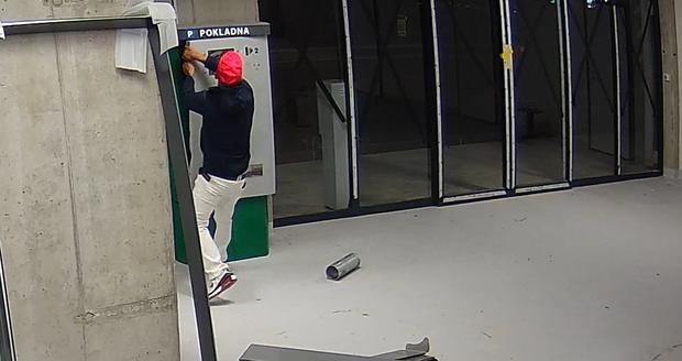 Během čtrnácti dnů dvě krádeže v rozestavěné garáži na Černém mostě.