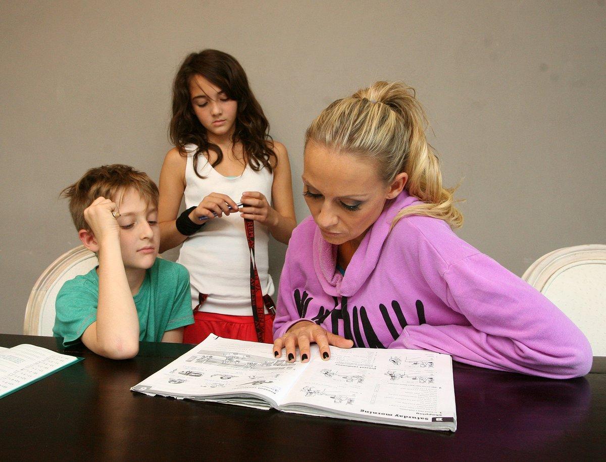 Martina s Antoniem nad domácími úkoly.