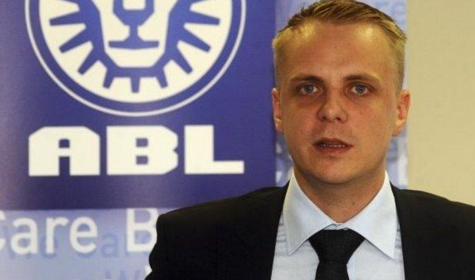 Generální ředitel společnosti ABL Matěj Bárta vystoupil 7. července v Praze na tiskové konferenci k prodeji podílu jeho bratra Víta Bárty a představě o nové majetkové a organizační struktuře holdingu.