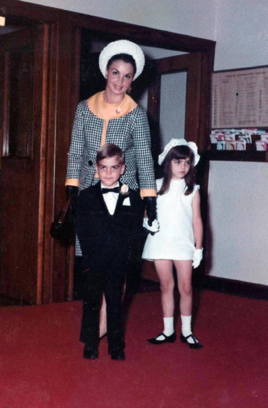 Malý George se svou matkou Ninou a sestrou Adou