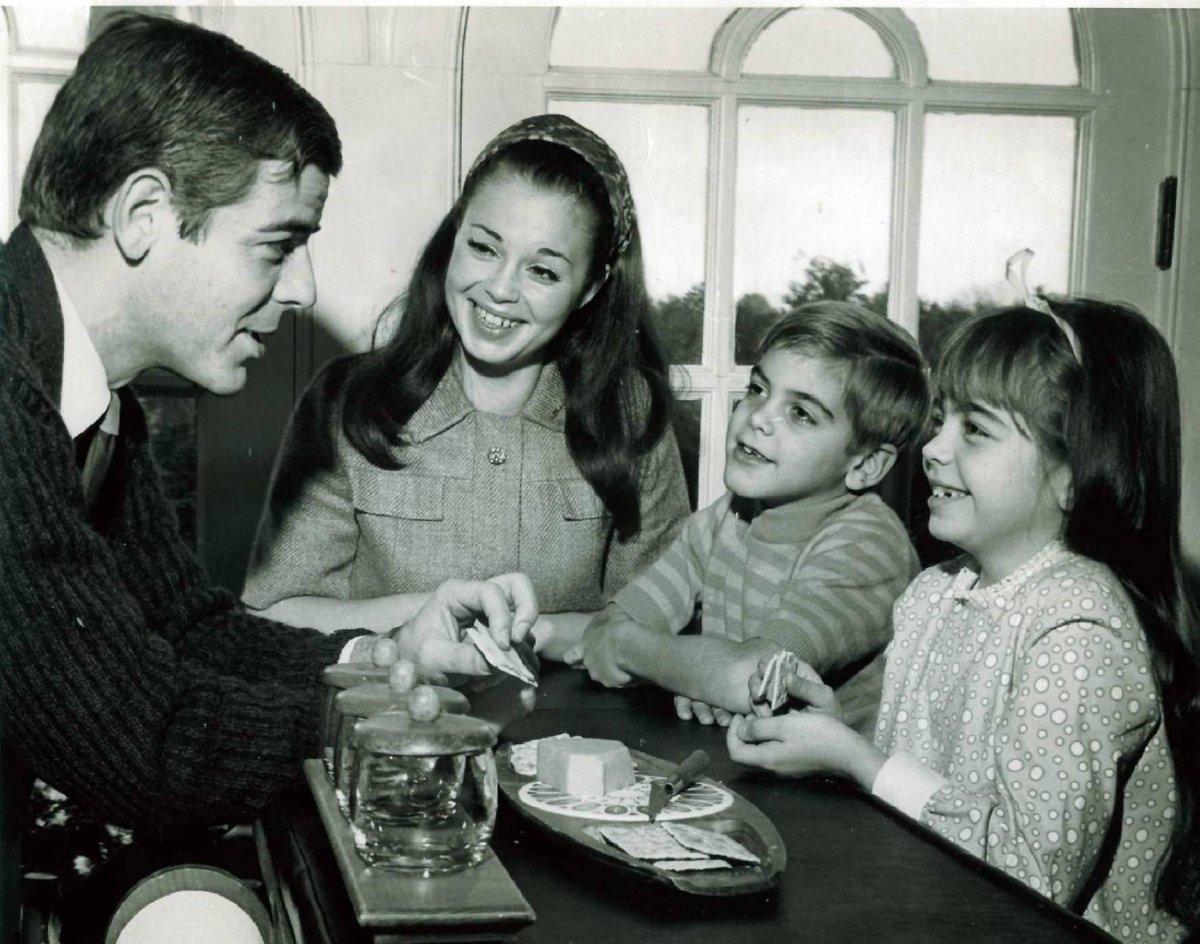 Malý Georg vzhlíží spolu se sestrou a maminkou ke svému otci.