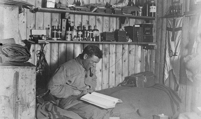 George Murray Levick se svým deníkem, který se podařilo objevit