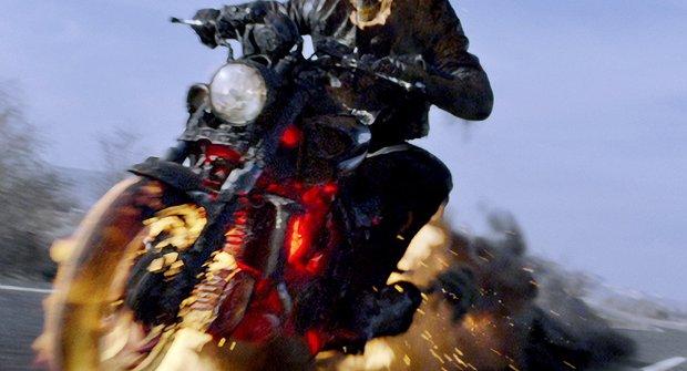 Recenze: Ani Ghost Riderova hořící lebka nudu nespálí