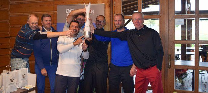 """Vítězný tým """"oldies"""", v němž na fotce chybí pouze komentátor ČT Jaromír Bosák."""