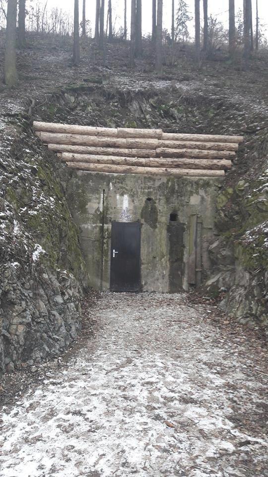 Vchod v kopci Záruba u Kuřimi.