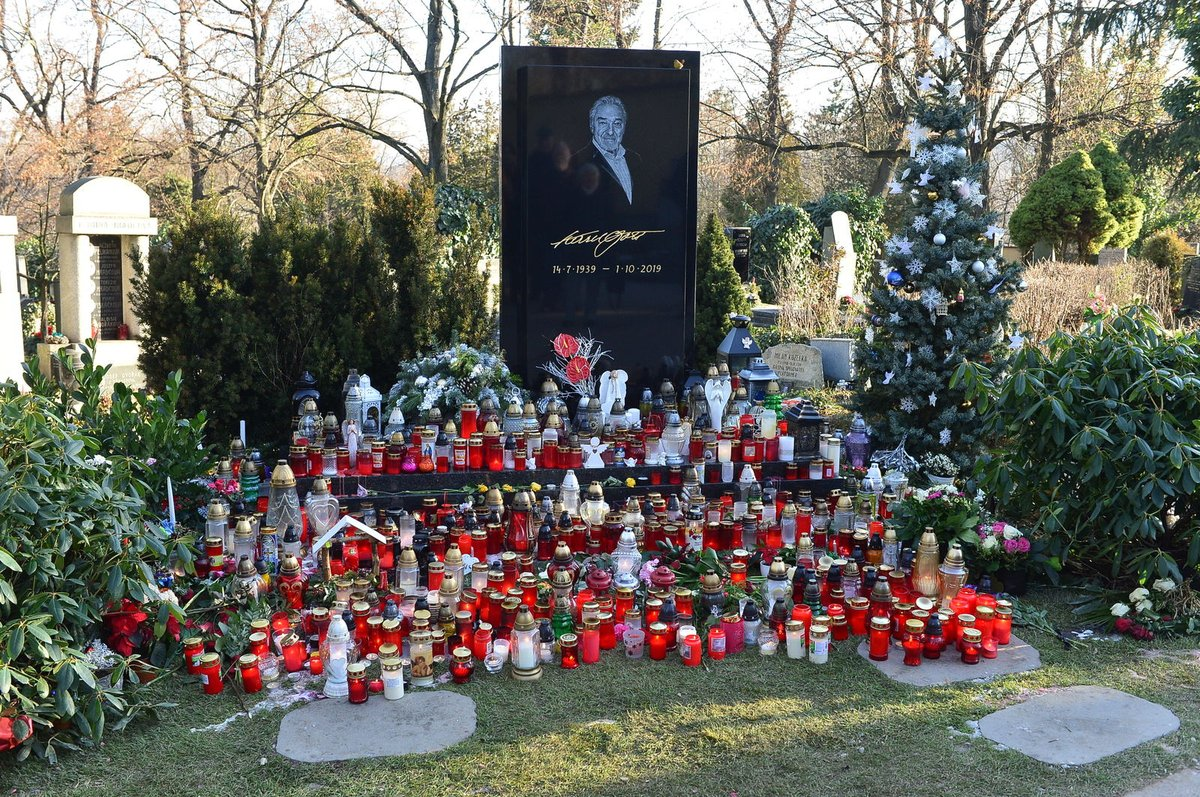 Hrob Karla Gotta s vánočním stromečkem