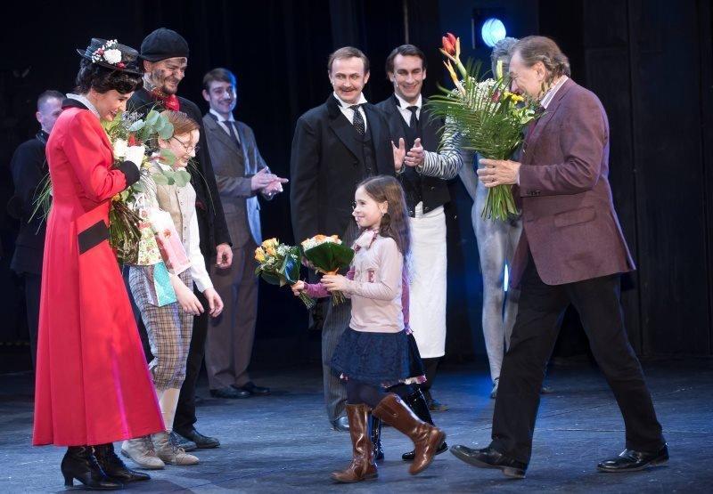 Holky vybavené květinami běžely za Monikou Absolonovou