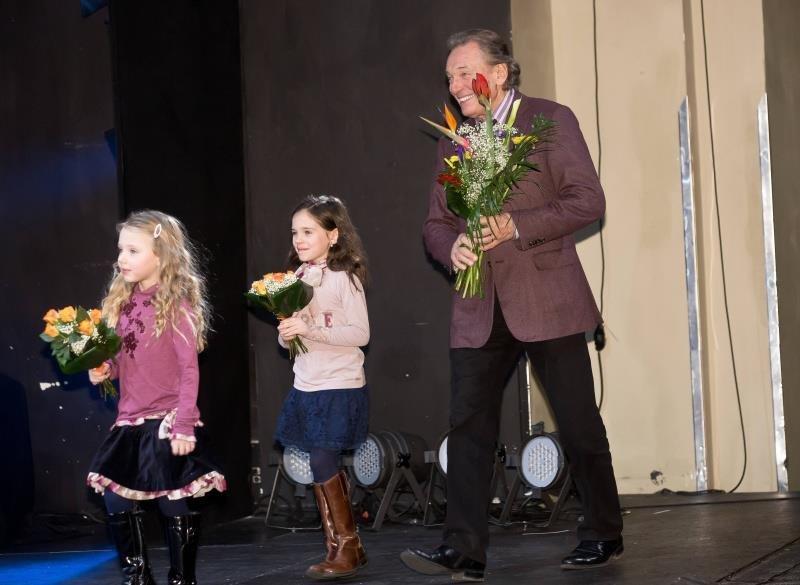 Hrdý tanínek Karel Gott spěchal za svými holčičkami.