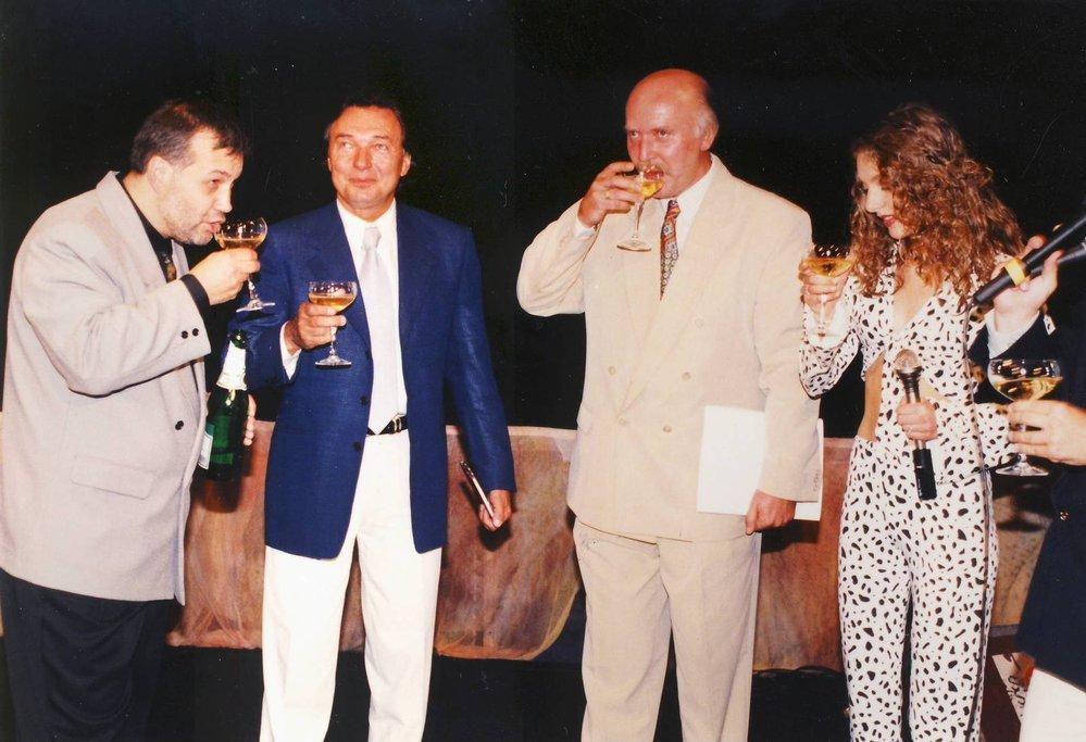 1977 Kmotr Karel Gott drží CD, které se chystá pokřtít s Luďkem Malárem (vlevo), Milošem Skalkou a Dashou.