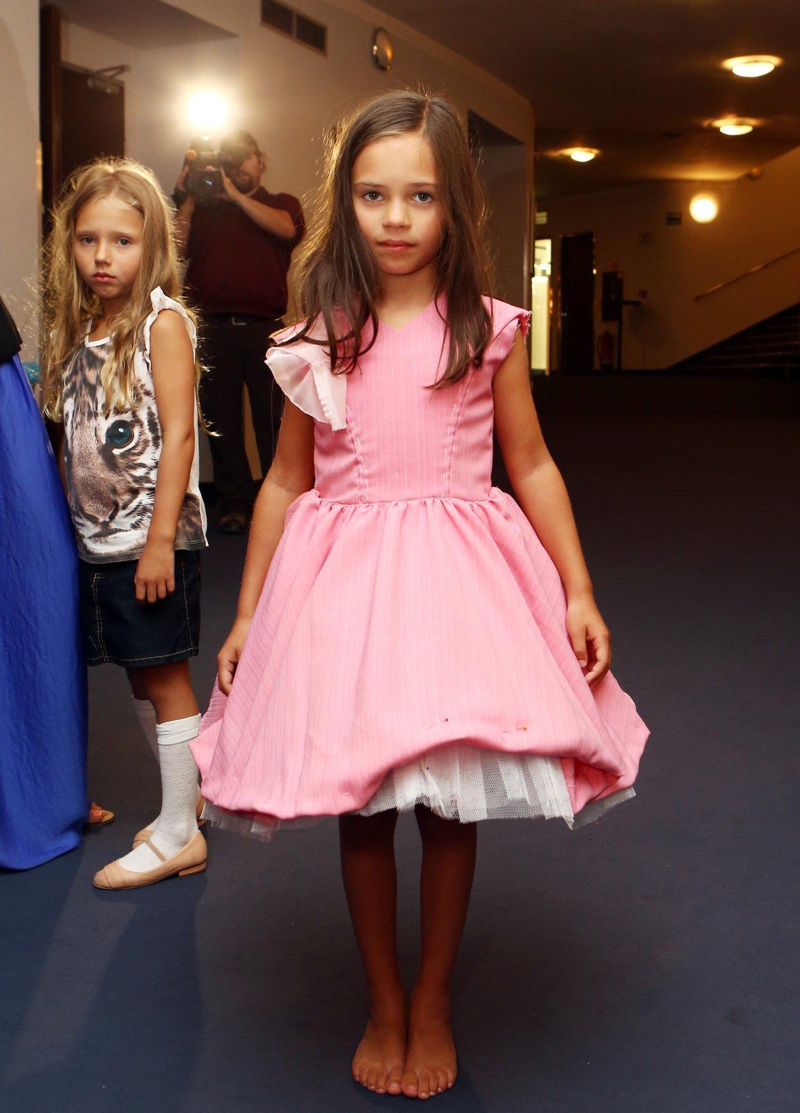 Malá Gottová si zkusila všechny kostýmy, ve kterých bude hrát. Sestřička Nellinka ji tiše pozorovala.