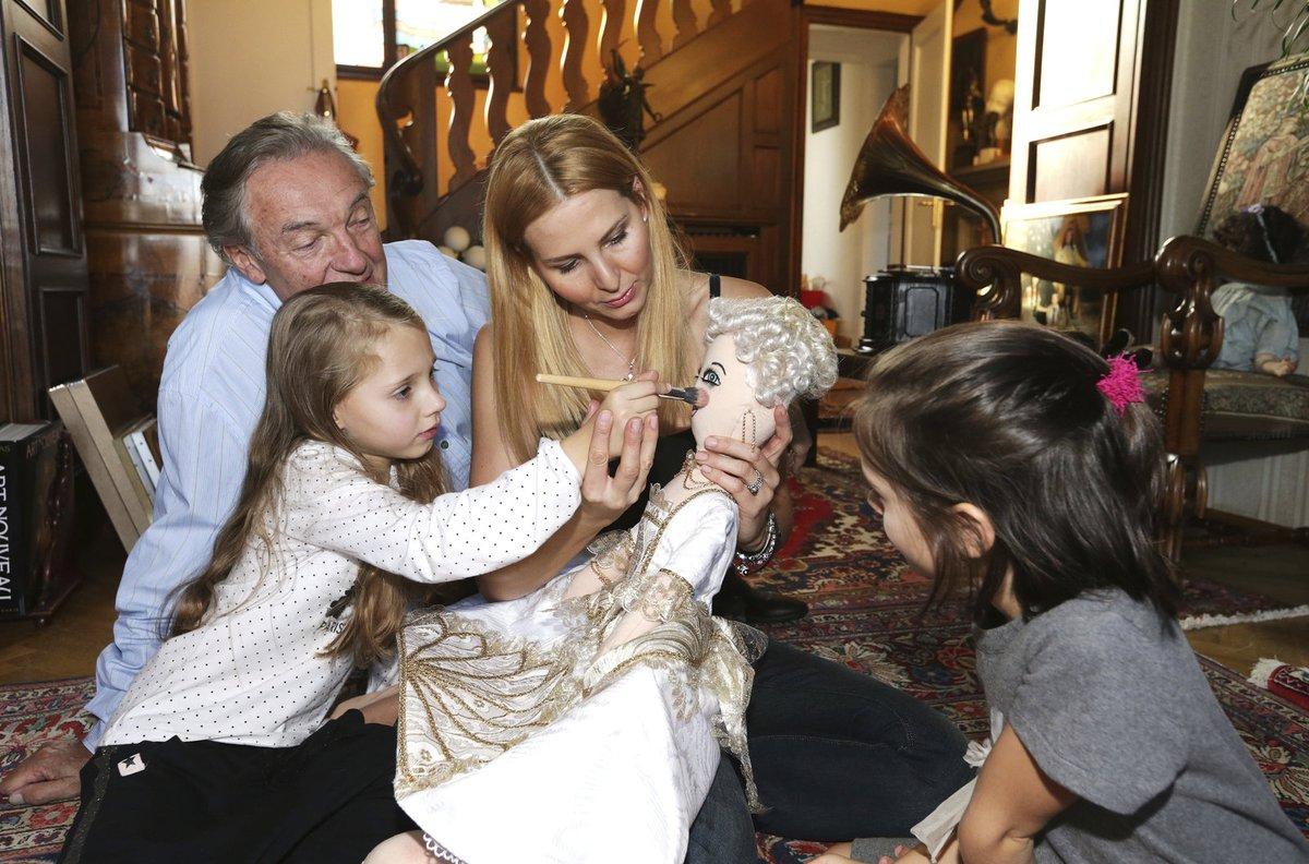 Doma na Bertramce se k malování panenky připojil i táta Karel…