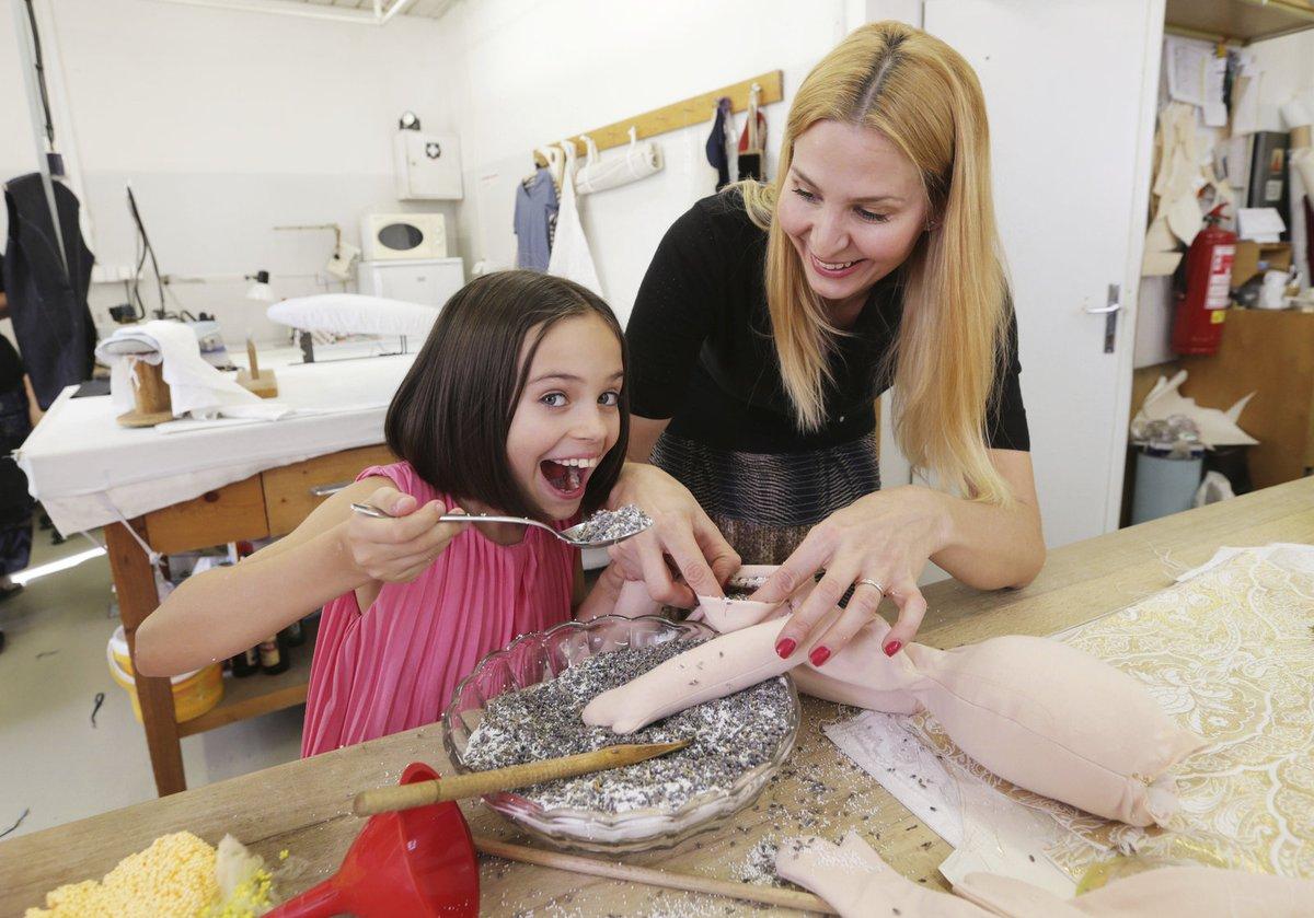 Legraci si holky užily při plnění panenky směsí z dětské hmoty a sušených kvítků levandule.