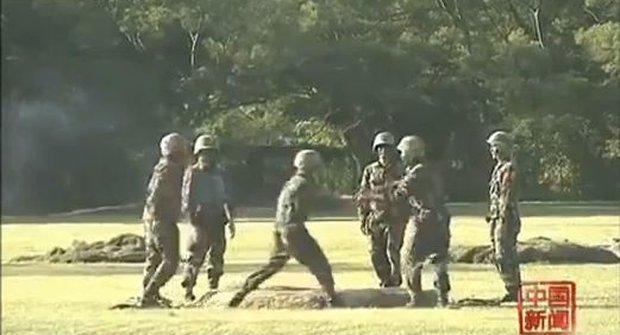 Úlet! Čínští vojácí si přehazují odjištěný granát jako horkou bramboru