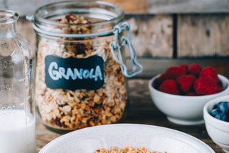 Granola s mandlemi a medem