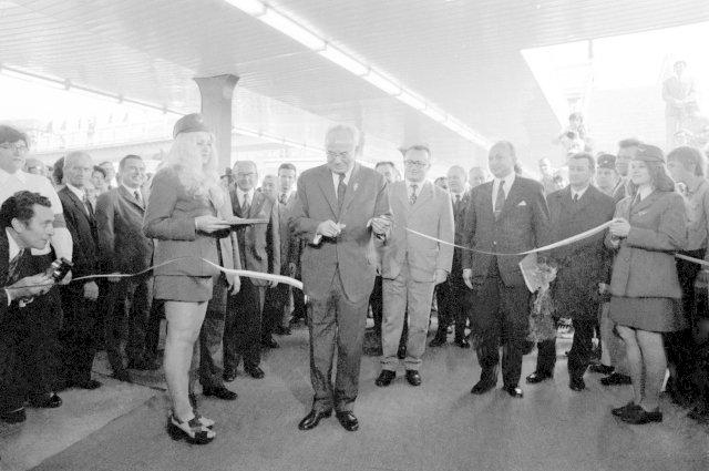 Stranické vedení v čele s Gustávem Husákem na slavnostním otevření prvního úseku pražského metra
