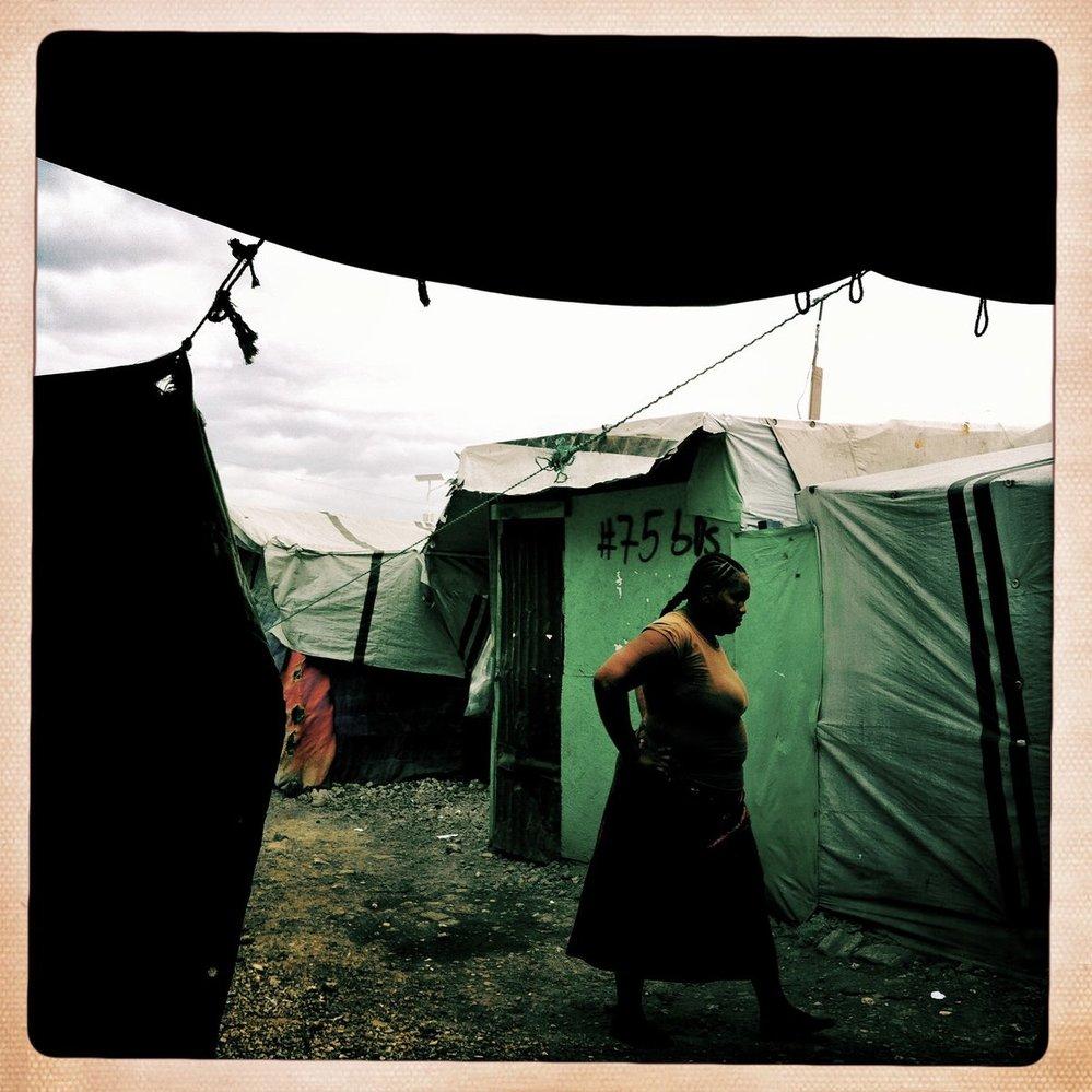 Život v táborech 18 měsíců po zemětřesení na Haiti. Fotoseérie Martina Bandžáka, která získala ocenění na CPP 2011 a pořízená iPhonem