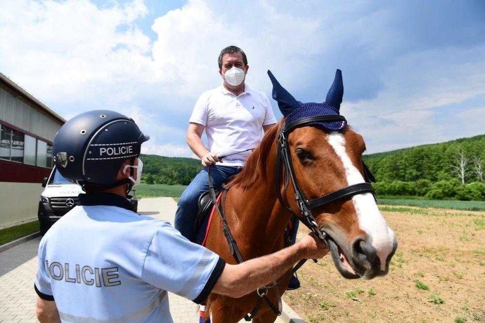 Jan Hamáček osedlal během kampaně policejního koně