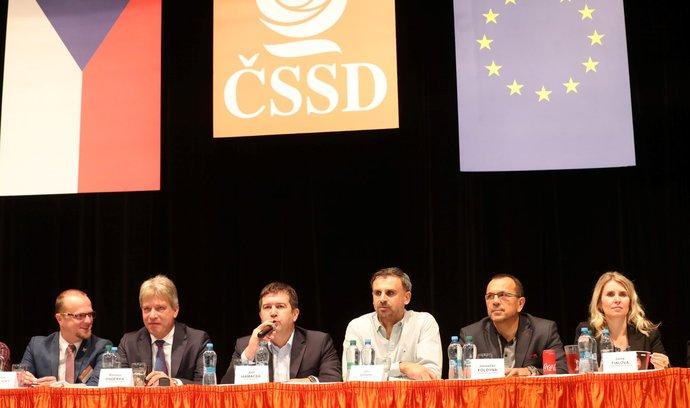 Vedení ČSSD sedělo před delegáti ÚVV tradičně na pódiu. (20. 10. 2018)